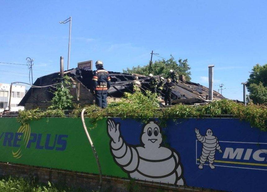 В Голосеевском районе горит частный дом
