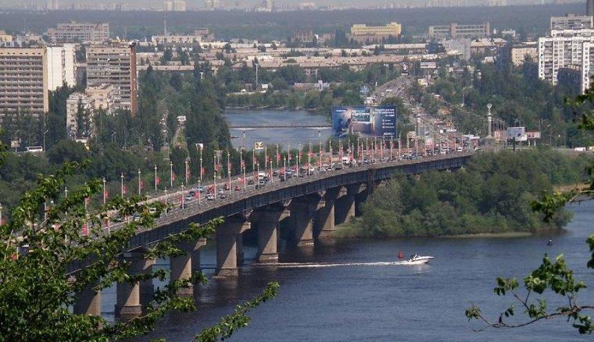 На мосту Патона частично ограничили движение транспорта