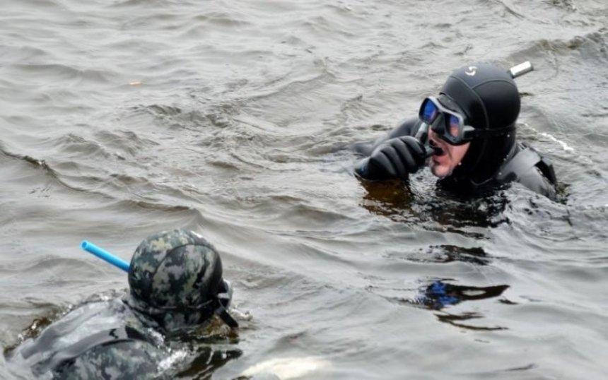 На Киевщине спасатели достали из воды тело женщины
