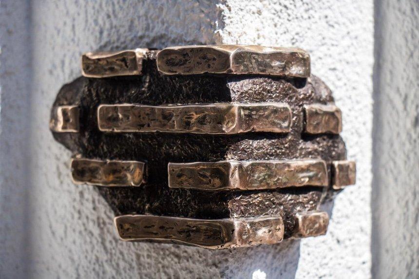 На Воздвиженке появилась «скрытная» мини-скульптура (фото)