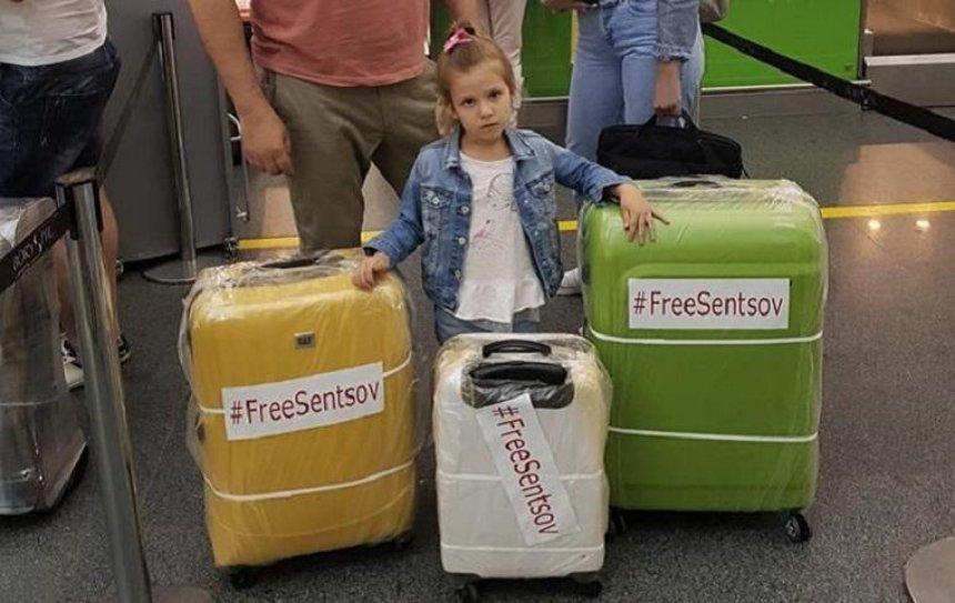 В столичном аэропорту пассажирам раздают наклейки #FreeSentsov