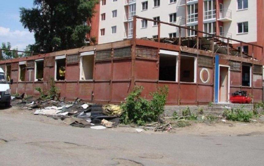 В Киеве снесли огромный МАФ (фото)