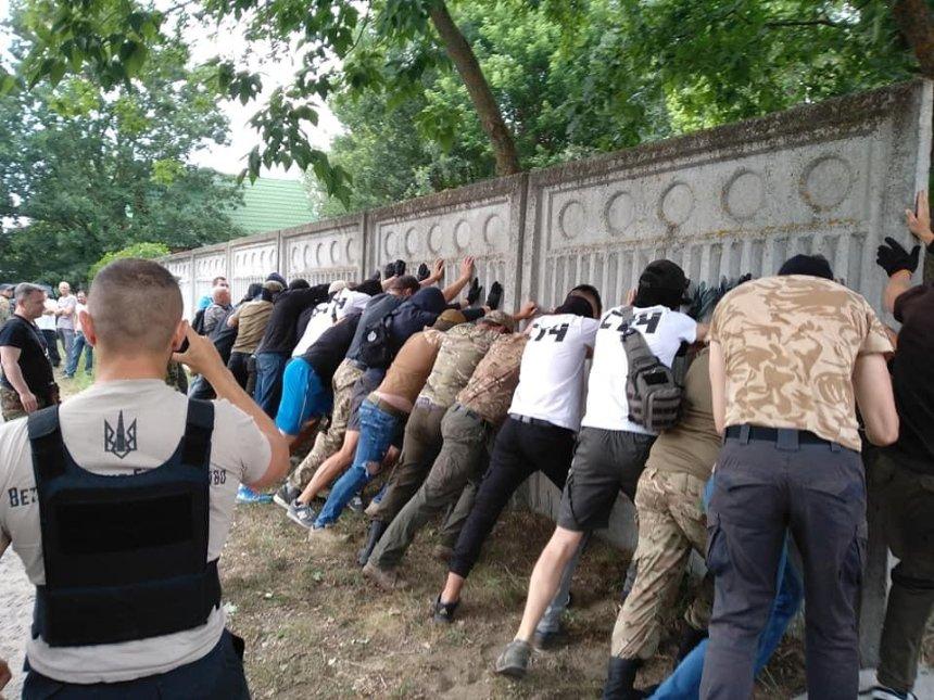 В Конча-Заспе произошел конфликт из-за забора имения экс-регионала (фото)