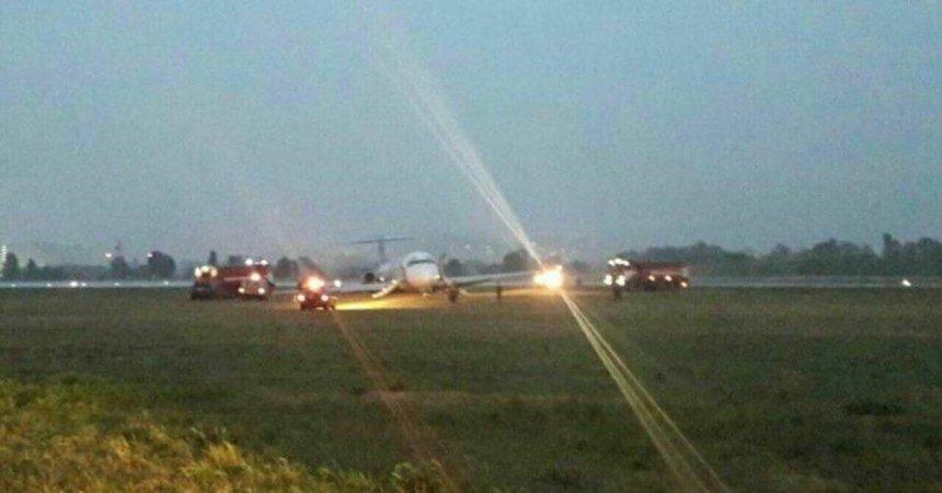 В аеропорту «Київ» літак викотився за межі смуги, аеропорт тимчасово закрили