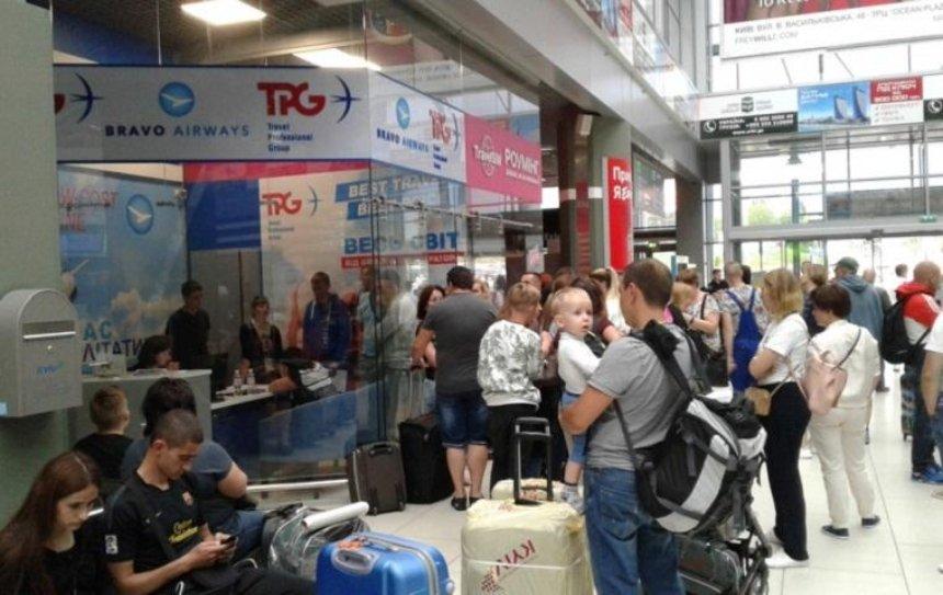 В столичном аэропорту не могут вылететь несколько десятков туристов (фото)