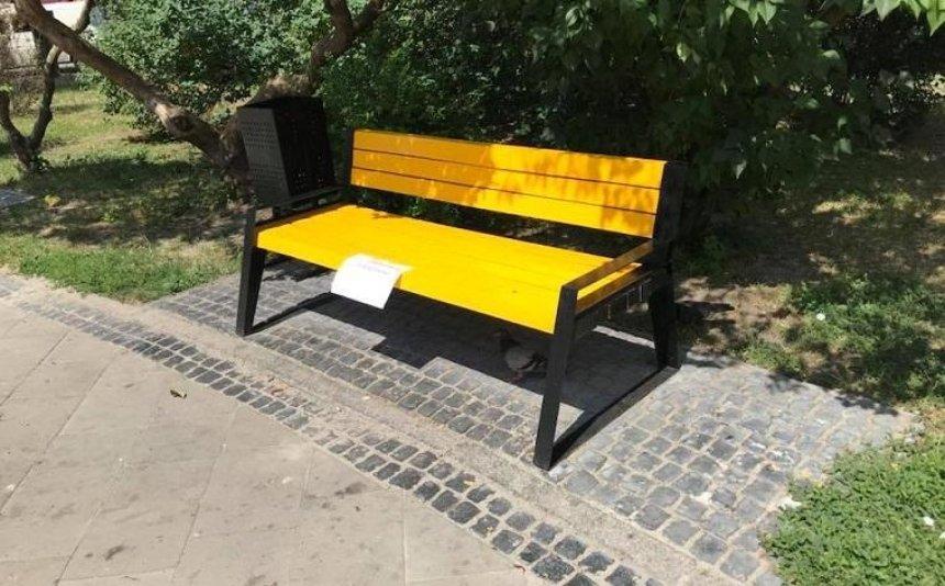 Коммунальщики покрасили в желтый цвет дизайнерские лавки (фото)