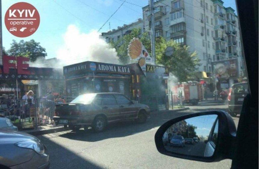 В центре Киева загорелся МАФ (фото)