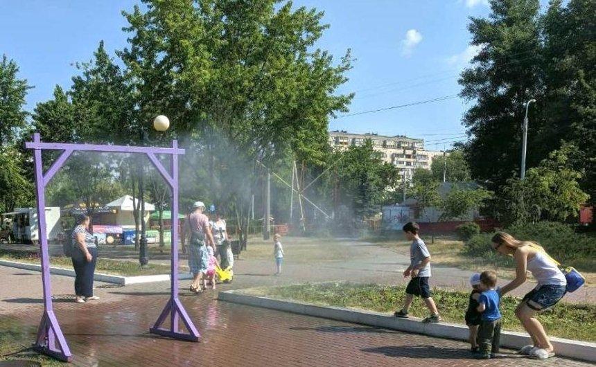 В двух парках Деснянского района появились рамки-распылители (фото, видео)