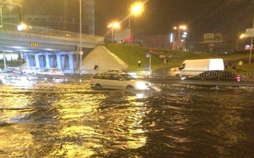 Столичные улицы затопило из-за ливня (фото, видео)