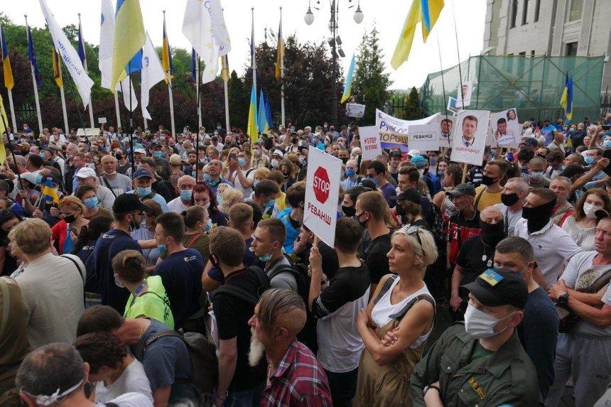 «Моника, выходи из домика»: после суда сторонники Порошенко пришли к Зеленскому