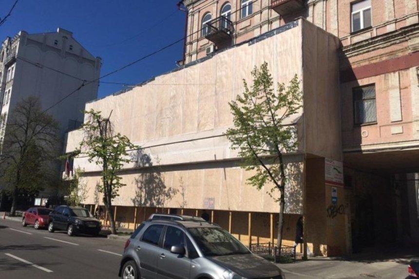 Под историческим домом на Ярвалу застройщик вырыл пять этажей