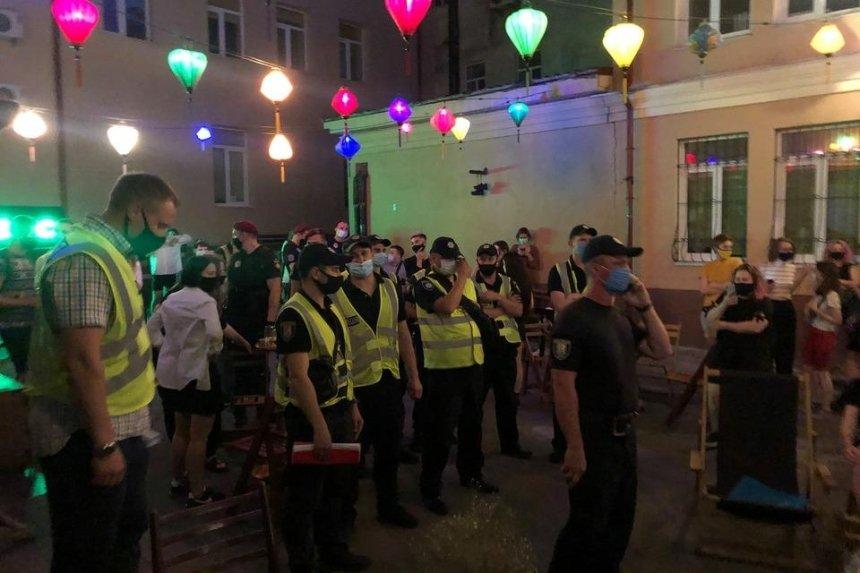 «Нарушали карантин»: полиция пришла в бар на Подоле и сорвала мероприятие «КиевПрайда»