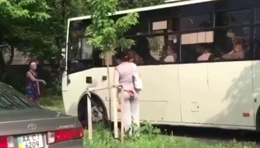 Водитель столичной маршрутки объехал пробку по тротуару — за это его уволили