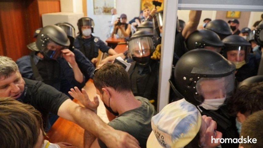 Группа поддержки Стерненко столкнулась с силовиками в Шевченковском суде