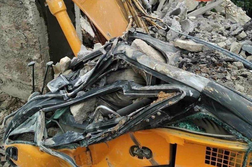 На территории завода «Арсенал» бетонная плита упала на экскаватор с водителем