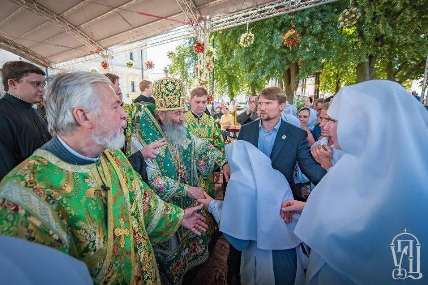 В Киево-Печерской лавре десятки верующих без масок пришли на именины митрополита Онуфрия
