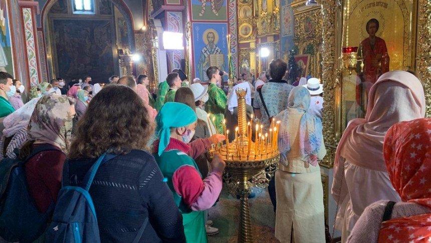 ВТроицу внекоторых столичных храмах нарушают карантин,— СМИ