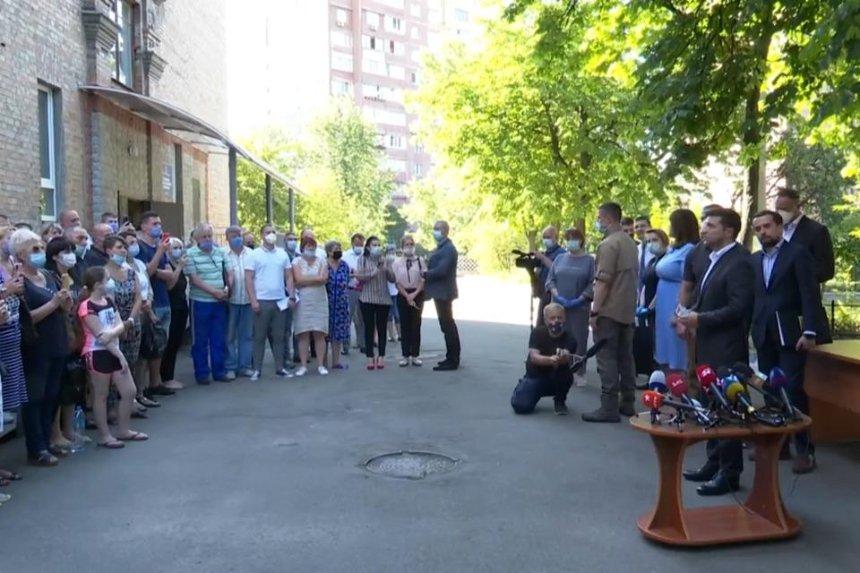 Взрыв на Позняках: 12 пострадавшим семьям передали новые квартиры