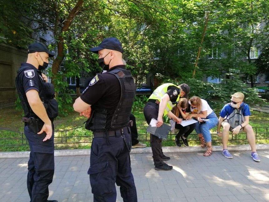 В Киеве полиция составила протокол на активистов за листовки с критикой Зеленского, — «Відсіч»