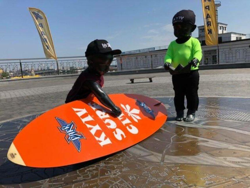 Малышей-основателей Киева нарядили в серфингистов