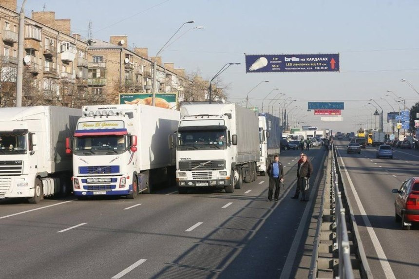 В Киеве из-за жары ограничили движение большегрузов