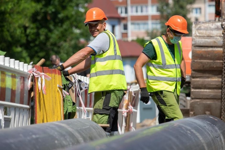 На Теремках меняют почти 3 км аварийного трубопровода