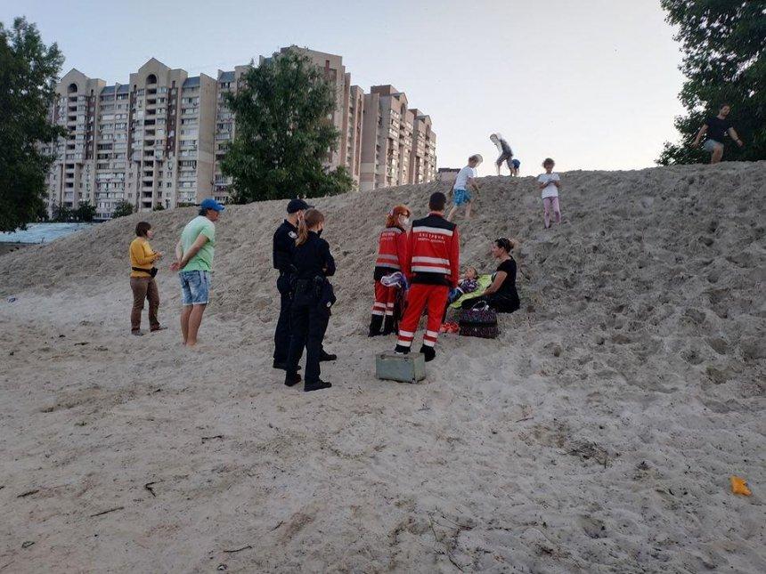 На Оболони ребенка засыпало песком