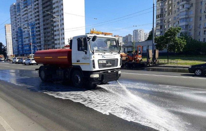 Столичные улицы круглосуточно моют и пылесосят из-за жары