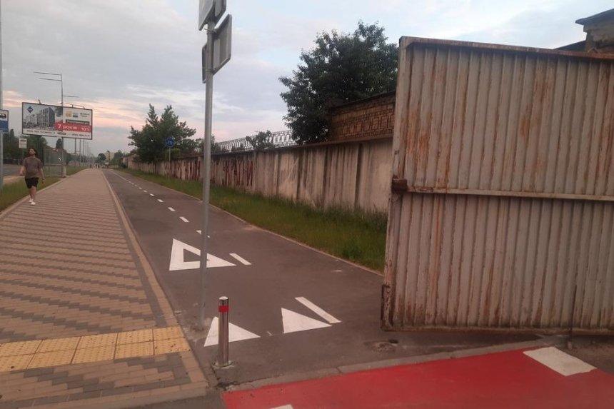 Новую велодорожку на Нивках перекрыли воротами кооператива — ребенок разбил голову