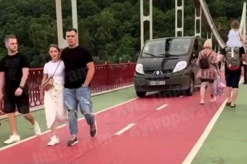 В Киеве водитель проехался на авто по пешеходному мосту и получил штраф