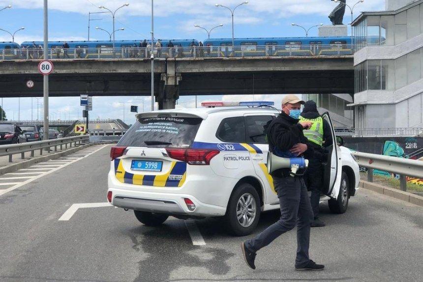 В Киеве мужчина угрожал взорвать мост Метро. Как это было