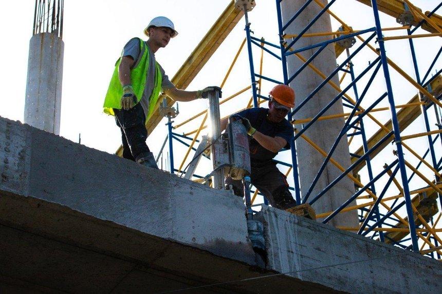 «Произведение строительного креатива»: Кличко показал, как демонтируют часть скандального ТРЦ на дороге
