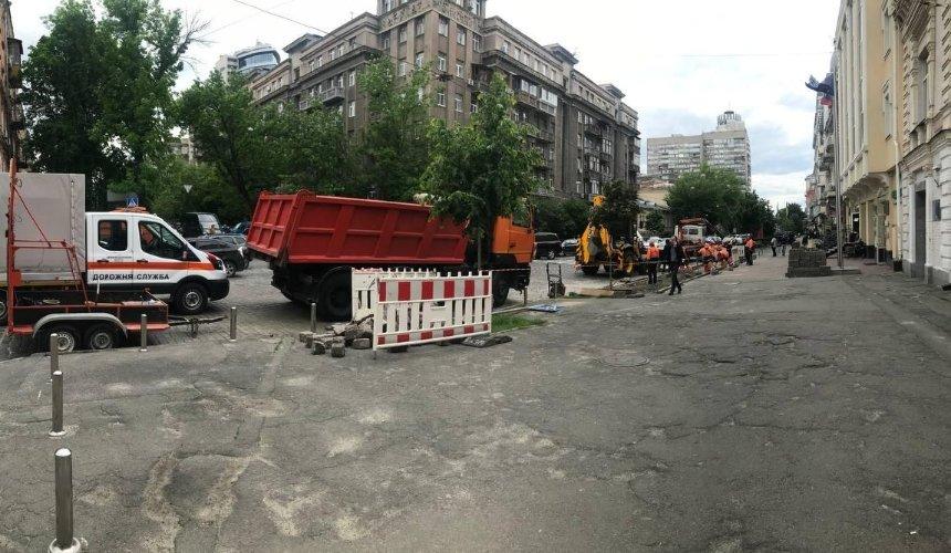 Натротуаре улицы Богдана Хмельницкого строят парковку «для трех машин»