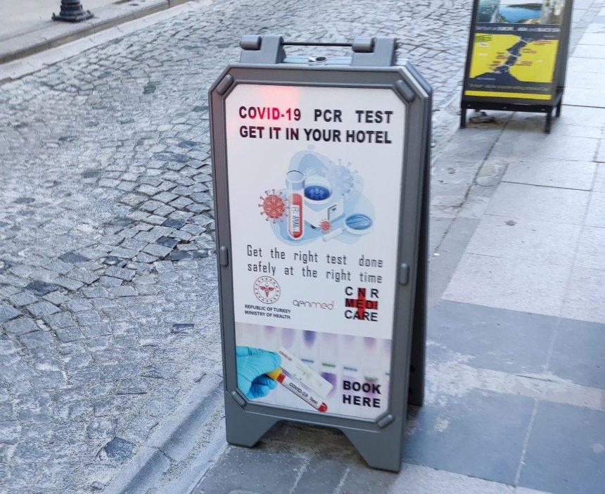 Уличная реклама ПЦР-тестов