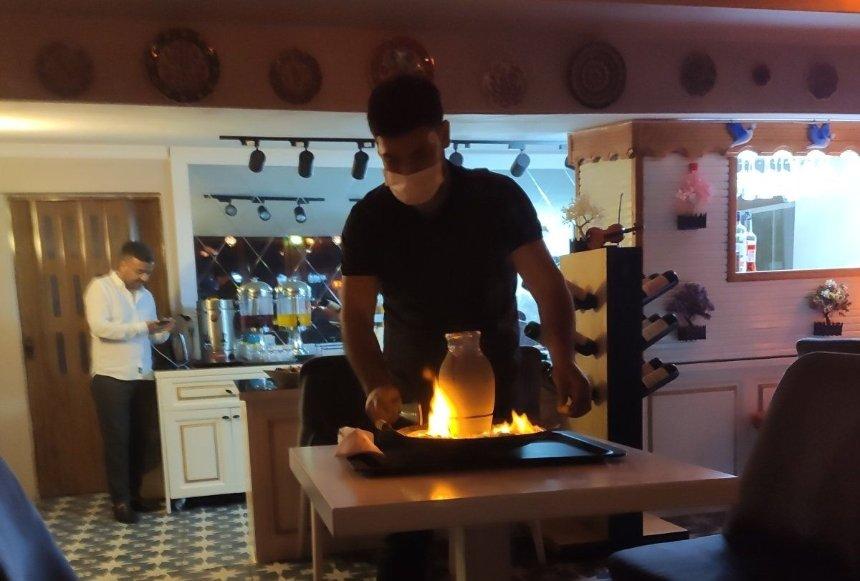 Подача кебаба в горшке. Дно горшка нагревают на огне, чтобы его отбить
