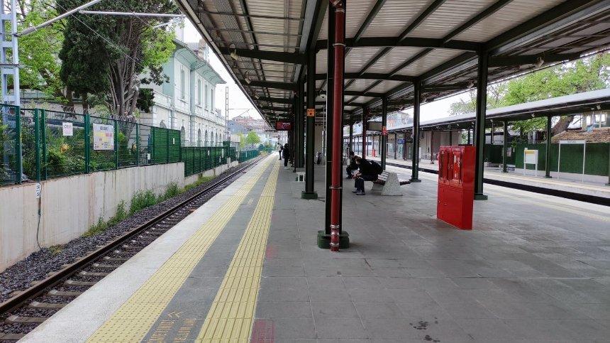 Платформа поезда«Мармарай» в разгар дня