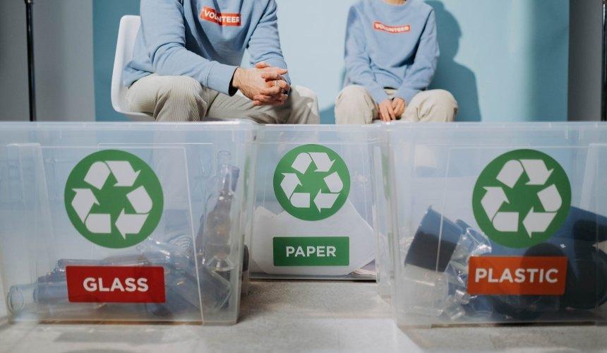 В центре Киева открывается пункт приема и сортировки мусора Plastic Club