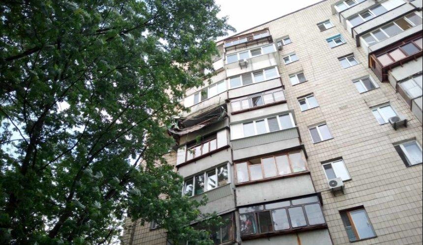 На Позняках обвалился балкон многоэтажки. Его владелец сделал там огород