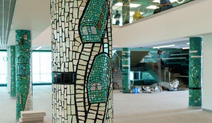 На Центральном автовокзале очистили модернистскую мозаику: как она выглядит
