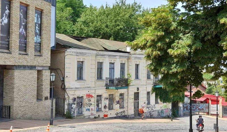 НаАндреевском спуске обвалилась крыша исторического дома