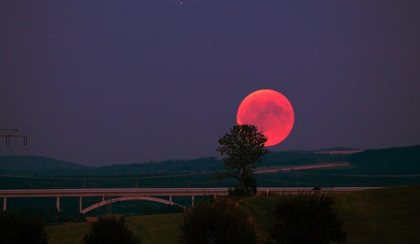 Последнее суперлуние года: украинцы смогут увидеть необычную Луну