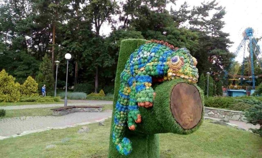 """Понівечений  """"Хамелеон"""" переселився до іншого парку (фото)"""