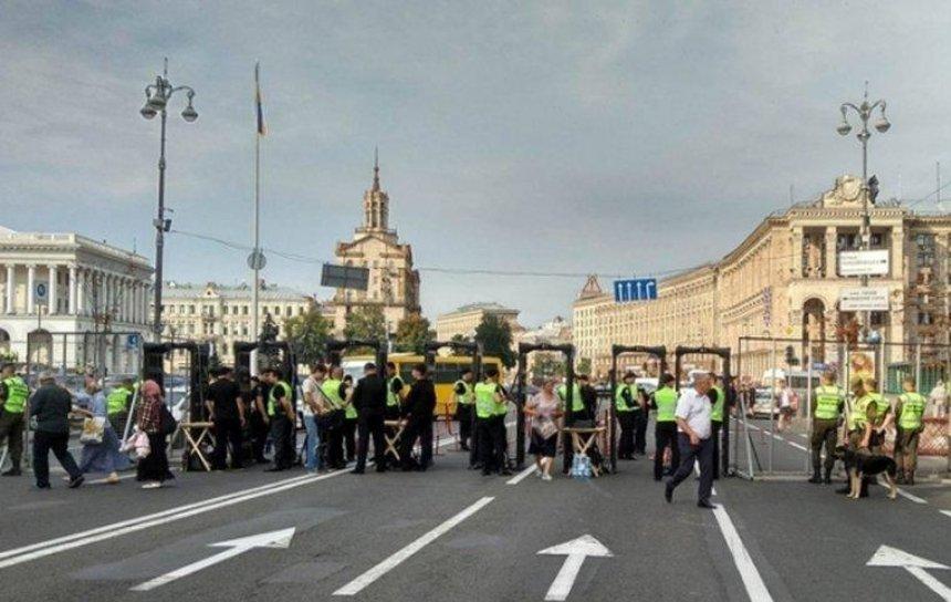 В центрі Києва встановили металодетектори та перевіряють речі людей