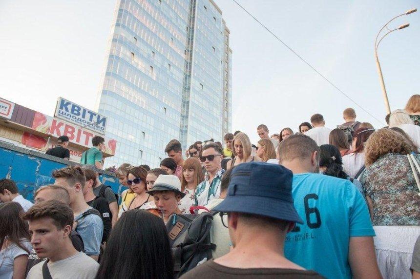 Киевляне собирают подписи за прямой переход от метро к ВДНГ