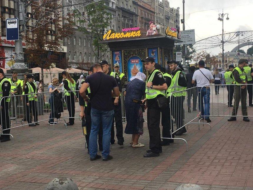 В центре Киева установили ограждения и обыскивают людей (фото)