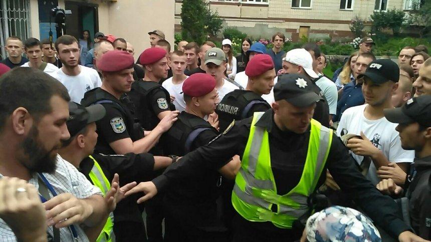 После избрания меры пресечения активисту С14 под судом произошла стычка (фото)