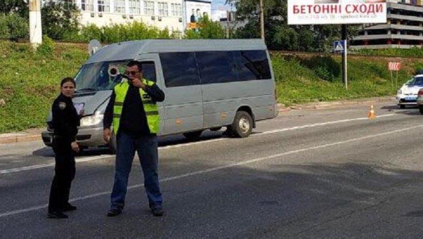Неизвестный приехал на место ДТП и стал регулировать движение (фото, видео)