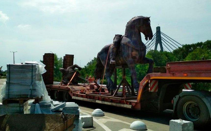 В Киеве устанавливают памятник Илье Муромцу (фото, видео)