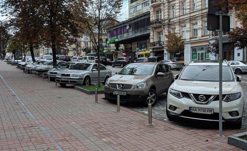 Киевские водители поставили авто в парковочных карманах «елочкой»