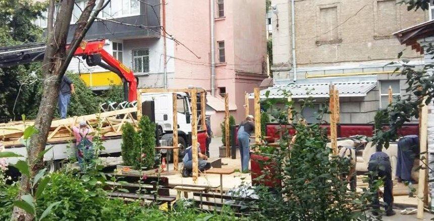 «Наглая отсебятина»: вцентре Киева снесли летнюю площадку (фото)